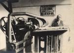 1901 Piet Langenhuizen aan de machine