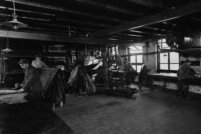 1927 Het snijden en stanzen van de huiden