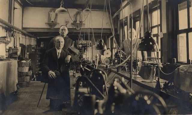 1935 Antoon Hendriks, heeroom Alfons Suermondt en Willem Suermondt op de stikkerij van de Ravo