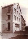 1916 Motorhuis met droogkamers, rechts de looierij